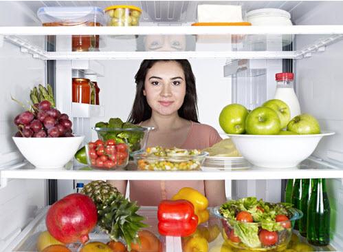Sắp xếp thực phẩm trong tủ lạnh ngăn nắp.