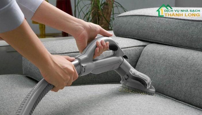 Hút bụi bẩn - Quy trình vệ sinh ghế sofa